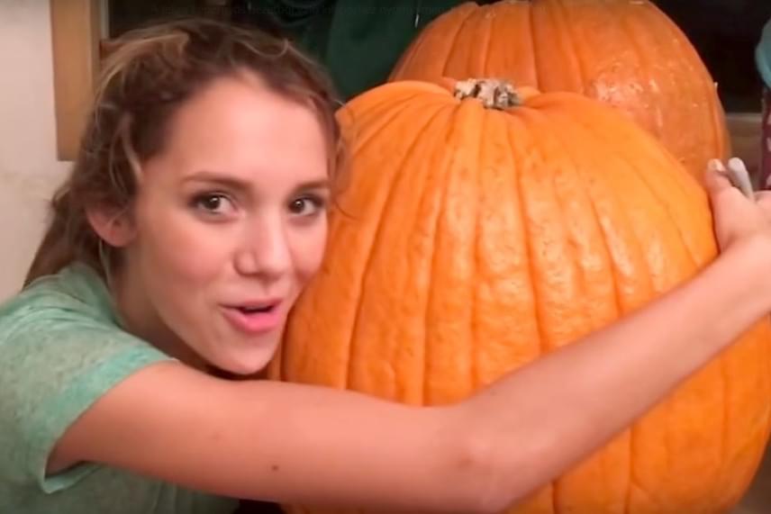 Kristy Ralphs videóra vette a családi tökfaragást, ahol eleinte minden rendben ment: a fiai viccelődtek, a lánya pedig az óriási sütőtököt ölelgette.