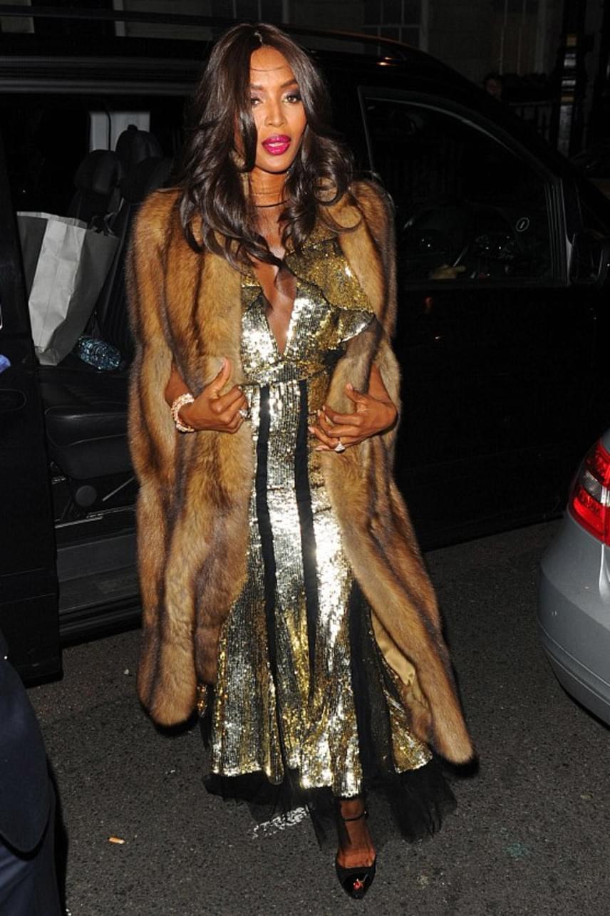 Naomi Campbell igazán gyönyörű volt ebben a kabátkában, de érhető, miért nem tetszett mégsem a rajongóknak az összeállítása.