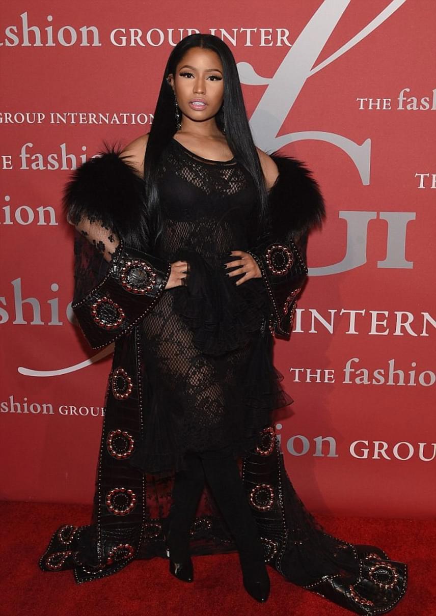 Nicki Minaj szinte mindig keveset takaró ruhákba bújik, így aztán nem meglepő, hogy a divatgálára is egy teljesen áttetsző darabban érkezett.