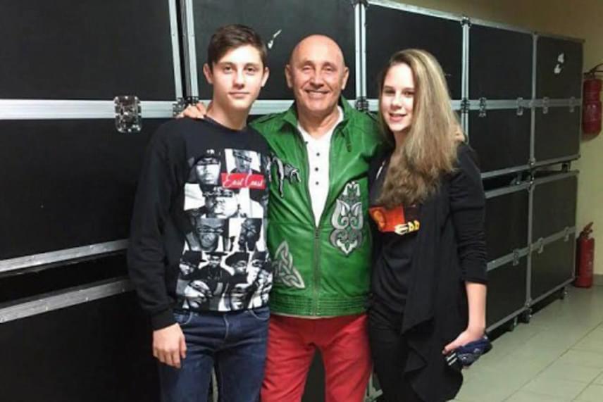 Pataky Attila kisebbik fiával, a 13 éves Acsával és annak barátnőjével. A rockzenész fiai között 27 év van: míg Gergő és édesapja gyakran zenélnek együtt a színpadon, addig kisebbik gyermekét igyekszik távol tartani a rivaldafénytől.
