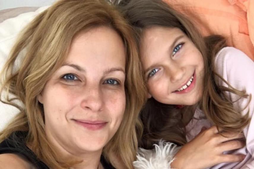 Várkonyi Andrea és Bochkor Gábor lánya is látványosan megnőtt, a kilencéves Nóri kész hölgy lett. Ezen a fotón épp édesanyjával szelfiznek az ágyból.