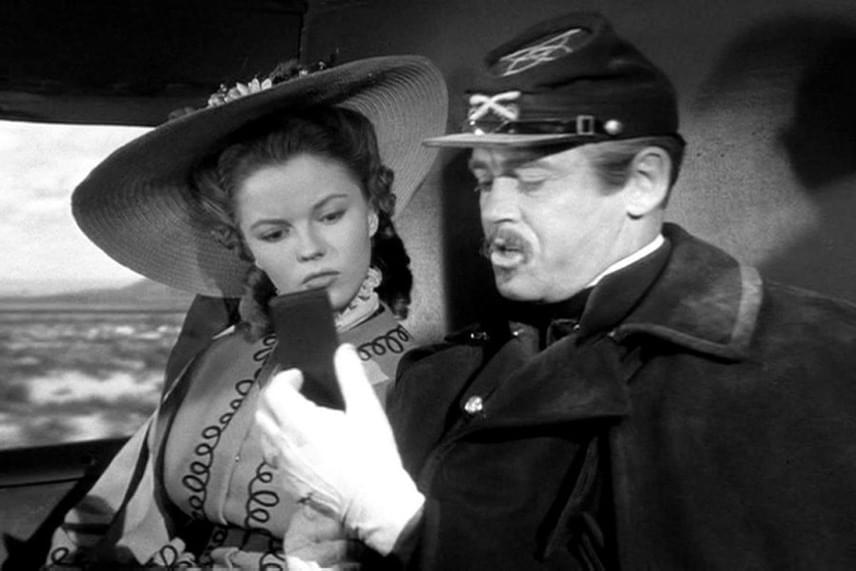 Vajon tényleg egy okostelefont tart a kezében a képen látható férfi? Az internetezők szerint igen, ám ez azért furcsa, mert a fotón látható jelenet egy 1948-as filmből, az Apacserőd című amerikai westernből származik. Ide kattintva te is megnézheted a különös tárgyat!