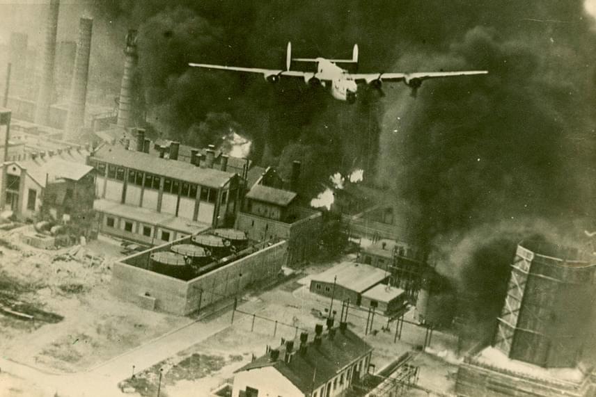 1932-ben két riporter a hamburgi hajógyárban készített interjúkat. J. Bernard Hutton újságíró és Joachim Brandt fotós már távozni készültek, amikor vadászgépek hangjára lettek figyelmesek, és hirtelen bombák záporoztak az égből. Brandt megpróbált fotózni, majd elsiettek, ám később senki sem hitte el a történetüket, mert a szerintük letarolt helyszín sértetlen volt. 1943-ban aztán a Brit Királyi Légierő lebombázta Hamburgot, szóról szóra úgy, ahogyan arról 11 évvel előtte a két riporter beszámolt.