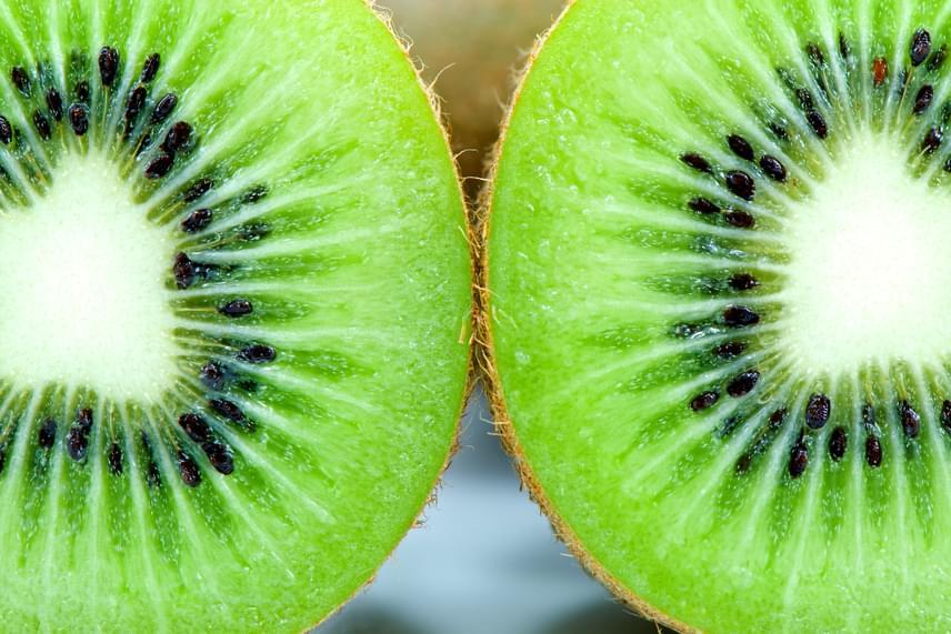 Ha szeretnél inkább friss, nyers gyümölcsöket fogyasztani, a citrusok mellett érdemes a kivit választanod, melynek 100 grammjában több mint 92 milligramm C-vitamin található.
