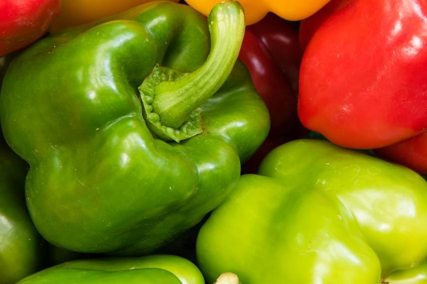 Mindennap érdemes továbbá zöldpaprikát fogyasztanod a hűvös időszakban, nem véletlen ugyanis, hogy Szent-Györgyi Albertnek is belőle sikerült kivonnia a C-vitamint: a zöldség 100 grammja akár 150 milligrammot is tartalmazhat belőle.
