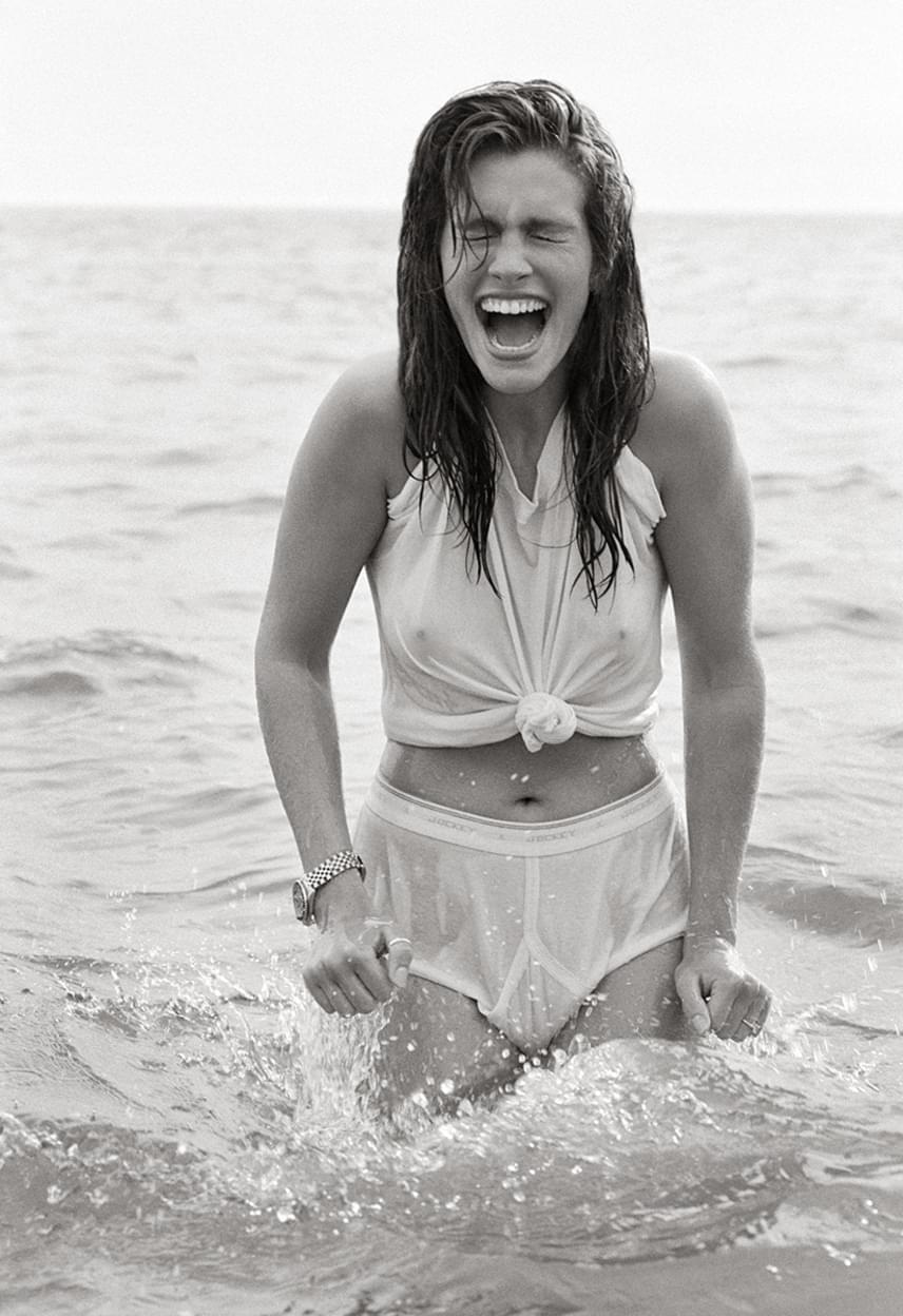 Herb Ritts másik híres fényképét Julia Robertsről 1990-ben készítette Malibuban, amint a színésznő a hideg tengervízbe gázol.