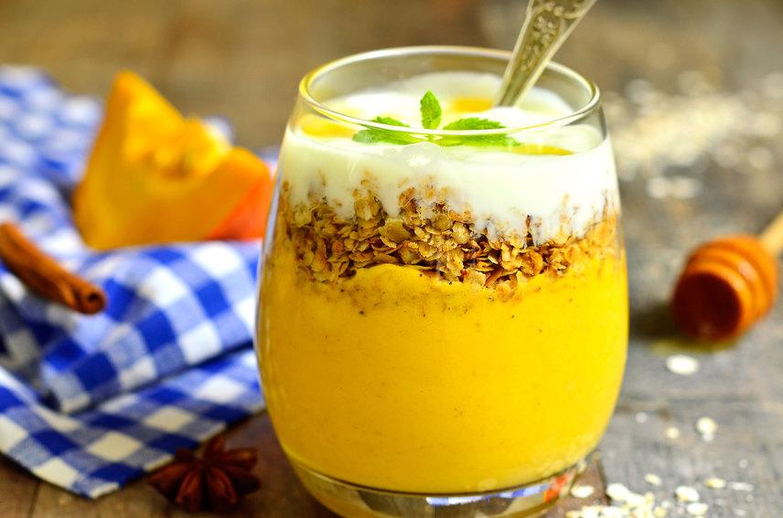 Sütőtökös-granolás reggeli turmixCsempészd a sütőtököt egy ilyen színpompás, szemet gyönyörködtető őszi turmixba. Granolával, mézzel és friss joghurttal csodás reggeli lehet, de uzsonnára, tízóraira vagy egyszerű nassolnivalóként is szívesen fogyasztja majd a gyerek. A granola, azaz pirított müzliféleség ropogóssága és a tök krémessége nagyszerűen működnek együtt.Ide kattintva a receptre ugorhatsz »