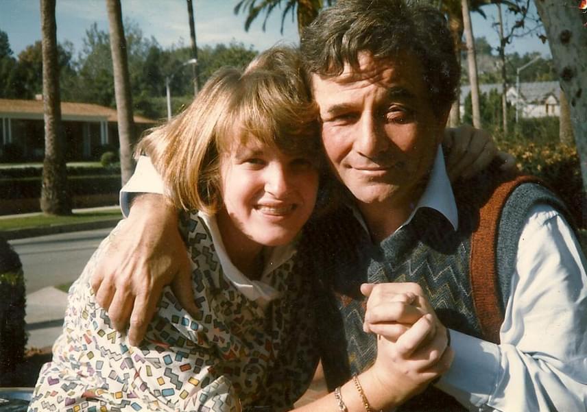 Peter Falk és fiatalabbik lánya, Catherine nagy szeretetben bújnak össze ezen a bensőséges hangulatú családi felvételen.