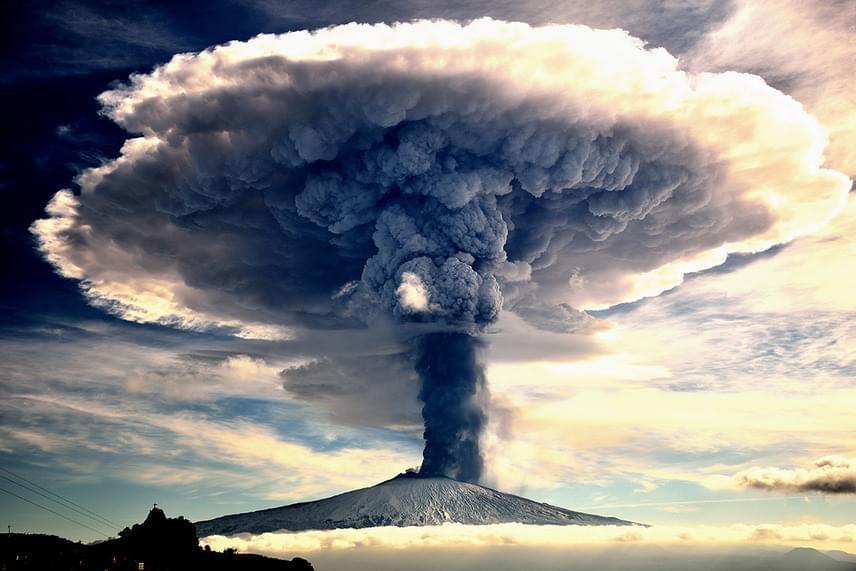Giuseppe Mario Famiani A természet ereje Szicíliában című fotója lett a Természet kategória győztese. A képen az Etna 2015. decemberi kitörésekor keletkezett, több kilométer magas magma-, gáz- és hamufelhő látható.