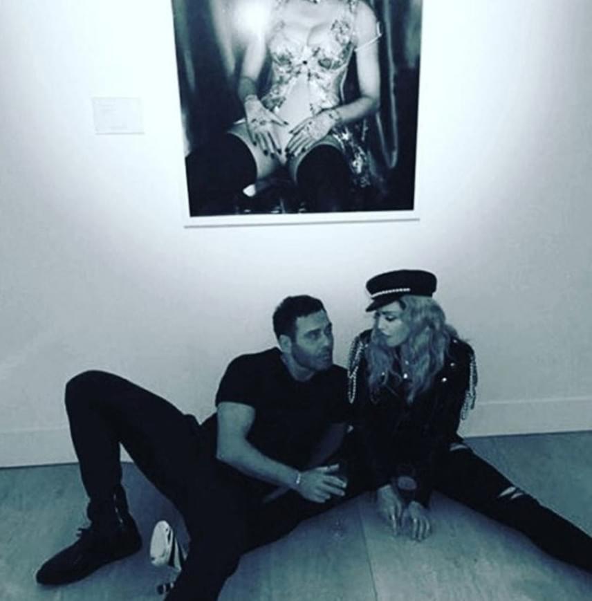 Madonnát mostanában mindig a nála jóval fiatalabb fotós, Mert Alas társaságában kapják le - a képet elnézve nem is csoda, hogy arról pusmognak, hogy viszonyuk van egymással.