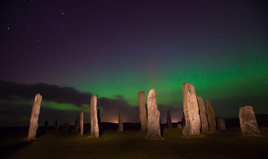 Skócia legmitikusabb részén, a Külső-Hebridákon, Lewis szigetén készült a kép. Misztikus látványt nyújt az északi fény csillogóan zöld köpenye, ahogy ráborul az őskori callanishi állókövekre.