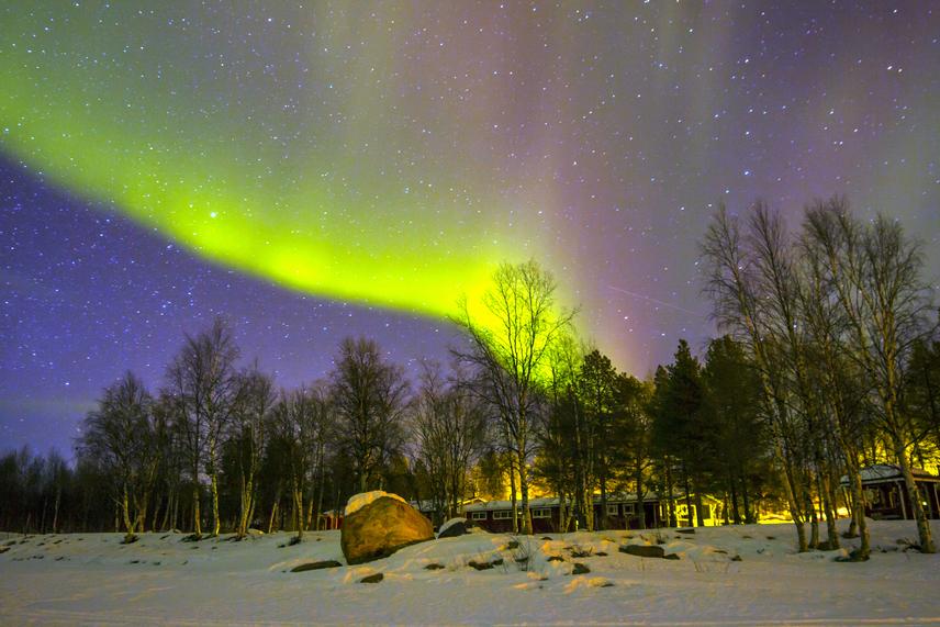 Finnország nagy részén már alkonyatkor is jól látható az északi fény lágyan villogó sziluettje, amely tündérmeséhez hasonlóvá varázsolja a tájat. Lappföldön a Luosto Nemzeti Parkban tudod magadat átadni az égi látványnak.