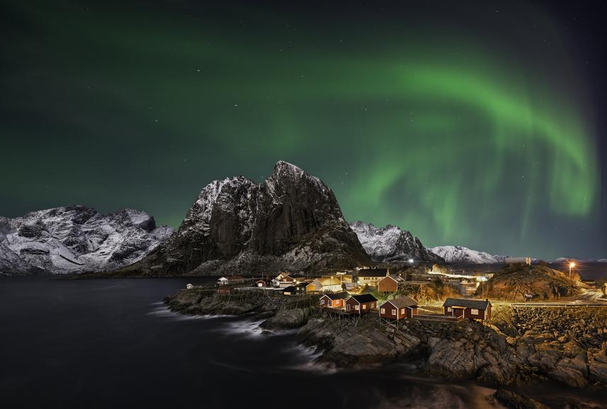 Norvégia északi részén, a szél tépázta rideg fjordoknál, Hamnoyban készült ez a gyönyörű kép. Itt már augusztus végétől feltűnnek a meseszép fények az éjszakai égbolton.