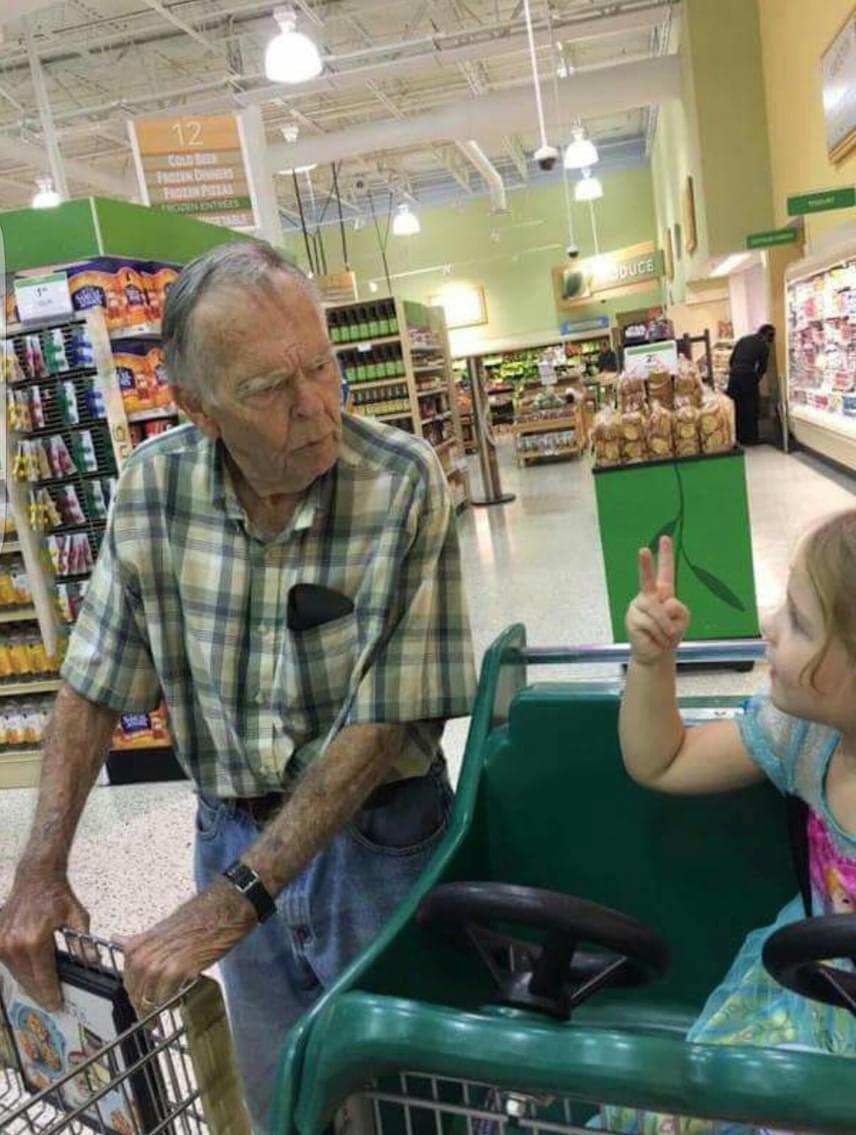 Vásárlás közben Norah meglátott egy magányosnak tűnő idős bácsit, Dant, akit megszólított. Büszkén elmesélte, hogy születésnapja van, a bácsi pedig boldog születésnapot kívánt neki.