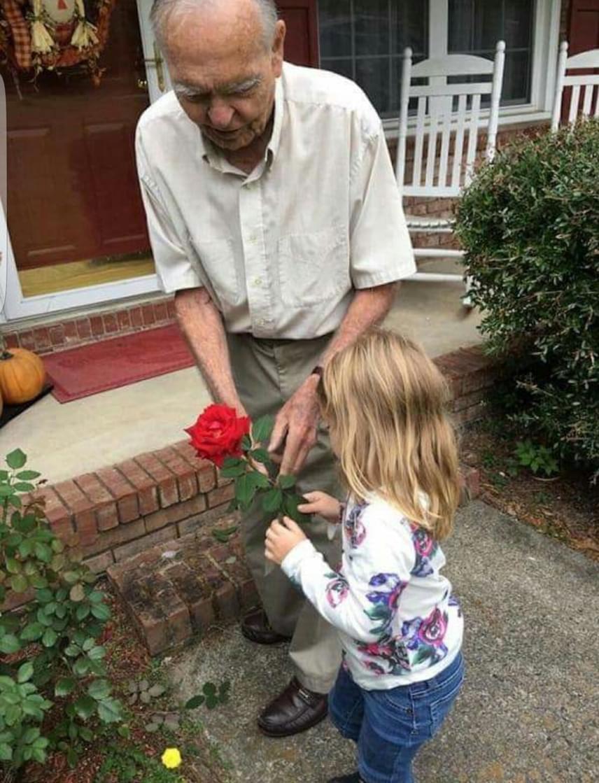 A közös fotót Norah anyukája posztolta a Facebookon, ahol egy kommentelő, aki felismerte őt, elmondta, hogy a bácsinak nemrég halt meg a felesége. Ismervén a nevét, anya és lánya hamarosan meglátogatta az egyedül maradt bácsit. Norah rajzolt neki néhány képet is ajándékba, amit Dan bácsi egy szál rózsával viszonzott.