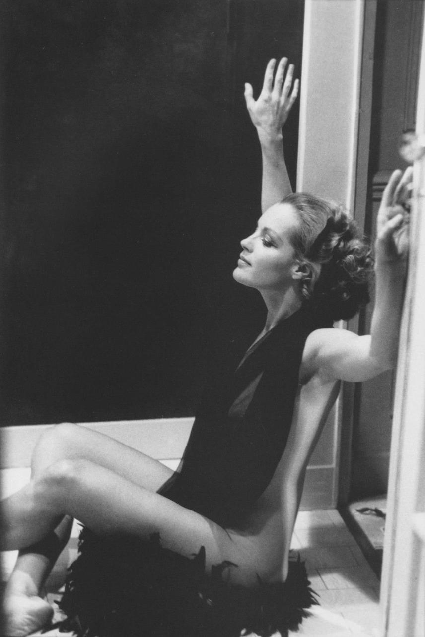 Egy másik erotikus felvétel a fotósorozatból. Romy Schneider körül szinte forr a levegő, fülledtség árad minden mozdulatából.