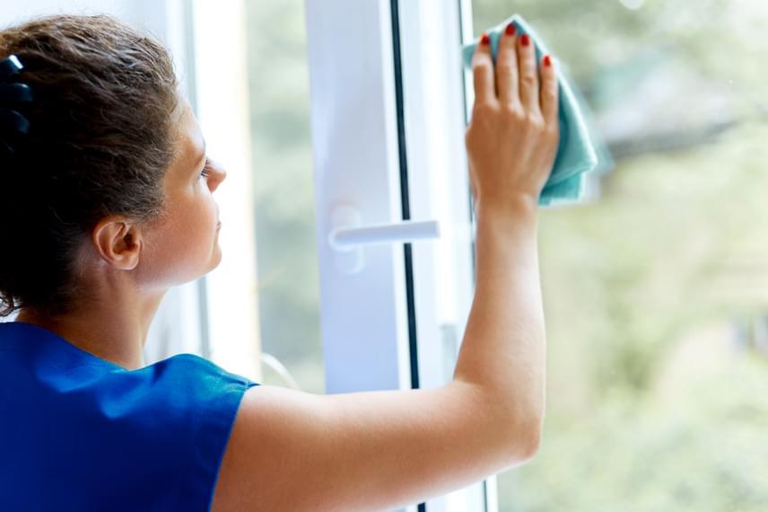 A darabonként már akár 50 forintért vagy az alatt is kapható krumpliból tökéletes ablakpucoló szert alkothatsz - remek ellenszere a vízkőnek is -, ha egy marék héjat egy liter vízzel leforrázol, majd megvárod, míg kihűl, és vizével lemosod az ablakokat. Végül ugyanúgy, mint bármely más ablakpucoló szer esetében, töröld szárazra a felületet selyempapírral vagy épp mikroszálas törlőkendővel.