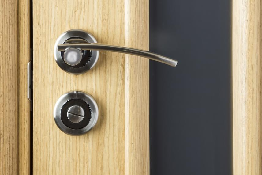 Ahhoz, hogy melegebb legyen a lakásban, és ne fűts feleslegesen, fontos, miként kezeled az ajtók nyitva, illetve csukva hagyásának témáját. Ha a lakásod igen kis teret jelent, és az egészét használod, nyitva hagyhatod az ajtókat, különösen, ha nincs is mindenhol fűtőtest. Abban az esetben viszont, ha nagyobb élettered van, érdemes zárnod a szobák ajtaját, minél kisebb ugyanis a tér, annál könnyebb felmelegíteni. Ha vannak olyan helyiségek is a lakásban, amelyeket nem használsz, és nem is fűtesz, például egy kamra vagy vendégszoba, mindenképpen válaszd le a lakás többi részéről azáltal, hogy szigorúan csukva tartod az ajtaját.