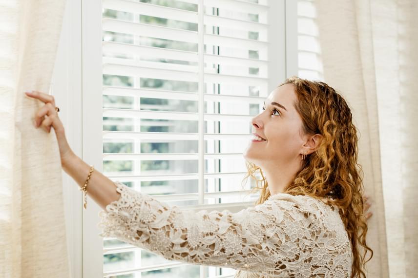 Ha süt a nap, ne csak a sötétítőfüggönyt húzd el, ha viszont elmegy, vagy besötétedik, jobb, ha visszahúzod, hogy szigeteljen. Éjszakára érdemes a redőnyt is lehúzni, ez szintén plusz szigetelőréteget ad az ablaknak.