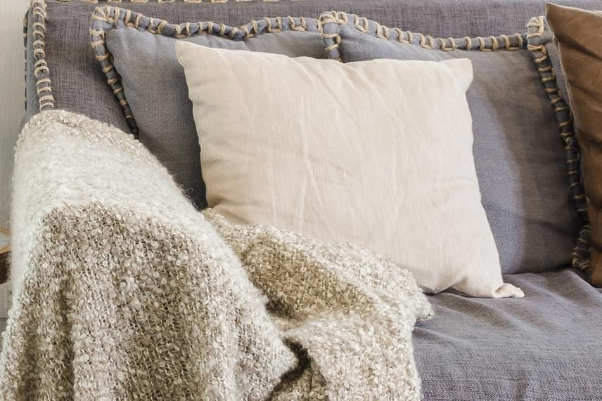 Ilyen hatása van annak is, ha a bútorokra minél több díszpárnát, pokrócot terítesz, mindez ráadásul segít megakadályozni, hogy előbbiek kihűljenek, így a fűtéssel valószínűbb, hogy elsősorban csak a lakás levegőjét kell melegítened.