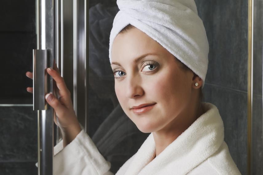 Hasonló okokból érdemes nyitva hagynod a fürdőajtót, ha forró fürdőt veszel, vagy akár csak zuhanyozol. Ahhoz, hogy ne ess át a ló túloldalára, és túl párás se legyen a lakás, érdemes beszerezned egy páramérőt, ezen megfigyelheted majd, tartja-e a lakás az optimális 40-60%-os páratartalmat.