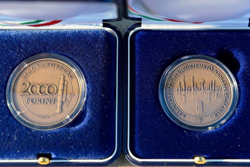 Fém kétezer forintos emlékérmet bocsátott ki a Magyar Nemzeti Bank. A Rákoskeresztúri új köztemető nemzeti emlékhely emlékérem a köztemető látogatóközpontjában megtekinthető.