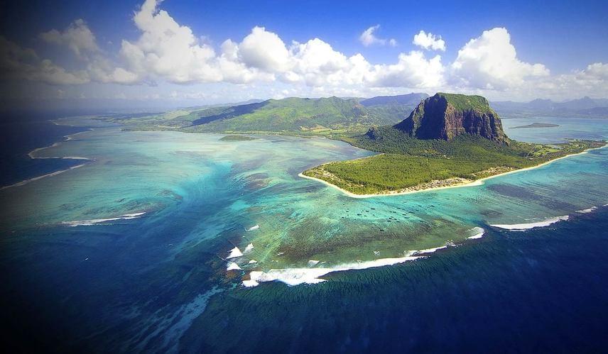 A szigeten található 556 méteres Le Morne-hegy és környezete 2008-ban az UNESCO Világörökség listájára is felkerült.