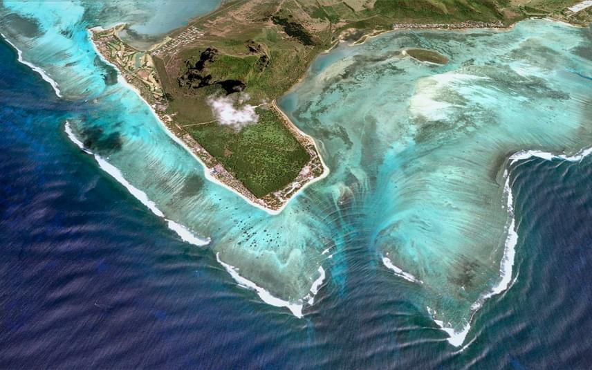 Felülről nézve a műholdas felvételeken is nagyon jól látszik, hogy a víz alatti vízesés csak illúzió. A sziget partjainál az óceánban mélyen ereszkedő árkok húzódnak meg, amelyekben a felszín alatt is lezúdul a víz, súlyánál fogva.