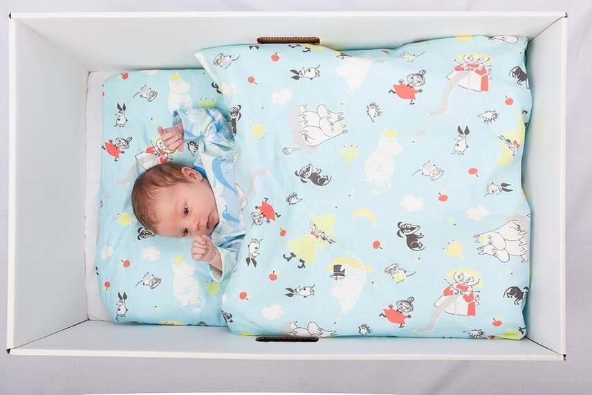 Itt azonban még nem ér véget a sor: a babadoboz maga olyan méretű, mely alkalmas babaágynak, így a csomagban rejlő matraccal, matracvédővel, lepedővel, paplanhuzattal és takaróval kiegészítve a babának kényelmes ágyat lehet belőle kialakítani. A csomag tartalmaz hálózsákot, illetve horgolt takarót is.