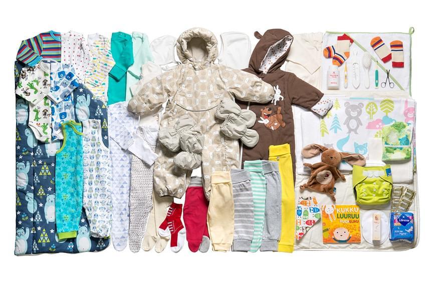 Számos ruha és kellék kap helyet benne. Egyebek mellett zoknik, bodyk, rugdalózók, leggings, overál, sapka, törölköző, kesztyű és kiscsizma, emellett körömvágó olló, hajkefe, fogkefe, víz hőmérsékletének mérésére szolgáló hőmérő, popsikrém és pelenka is van benne. A színek és a minták tekintetében mindig ügyelnek rá, hogy azok kisfiúknak és kislányoknak is illőek legyenek. Csomagolnak rágókát és képeskönyvet is a kicsinek, a baba mellett pedig az anyára is gondolnak: melltartóbetét és óvszer is kerül a dobozba.