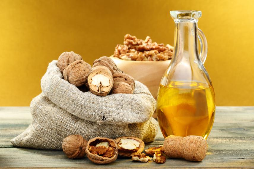 Dióolaj - jótékony hatását a benne lévő többszörösen telítetlen zsírsavnak köszönheti. Külön bónusz, hogy van benne linolsav, ami erősíti az immunrendszert és szabályozza a hormonháztartást is. Maga a dió is jó a szív- és érrendszeri betegségekre, és az olaja nemcsak belsőleg fejti ki áldásos tevékenységét, hanem belélegezve aromaterápiaként is alkalmazható. Táplálkozástudósok a dióolaj koleszterincsökkentő jellegét is kimutatták.