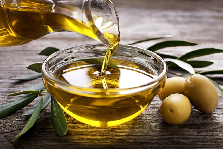 Olívaolaj - az olívaolaj rendkívül gazdag antioxidánsokban, ami megköti a szabad gyököket, ezért egészségmegőrző tulajdonságai vannak. Létfontosságú esszenciális zsírsavat, F-vitamint tartalmaz, ami a sejthártyát építi. Érdemes extra szűz verziót választani, mert az jobban megtartja fitoszterin- és lecitintartalmát, mely összetevők csökkentik az LDL, vagyis az ártó koleszterin szintjét.