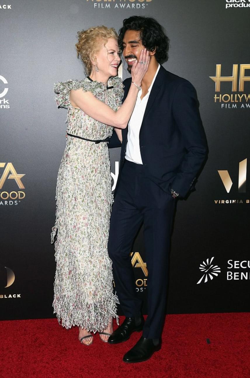 Nicole Kidman alig bírta levenni a kezét fiatal partneréről, kamaszlányos rajongással vette körül a színészt egész este.