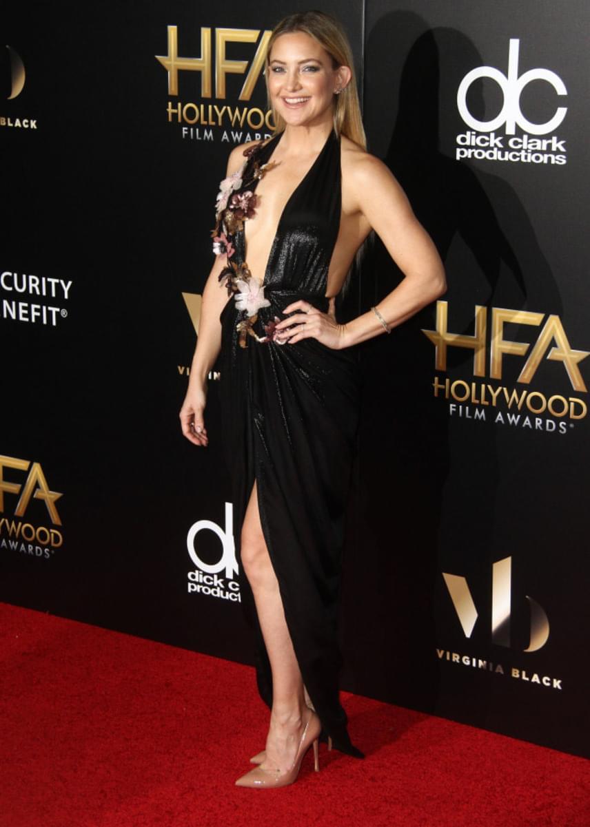 A 37 éves színésznő ruhája nem sokat takart a testéből: a mélyen kivágott és magasan felsliccelt darab szinte semmit nem bízott a fantáziára.