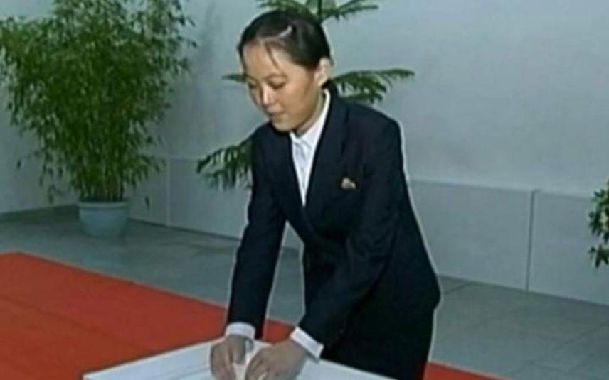 A húg is beleszólhatott?                         Kim Dzsongun húgát, Kim Jodzsongot tavaly nevezték ki a propaganda osztály élére, így ő határozza meg, milyen módon kell fenntartani a vezető személyi kultuszát, milyen lépéseket kell tenni, hogy a hatalom a lehető legerősebbnek mutassa magát. A sajtó találgatásai között az sem ritka, hogy a húg javaslatára hanyagolják Ri Szoldzsu szereplését, akár az imázsépítés, akár egy konfliktus áll is a döntés hátterében.