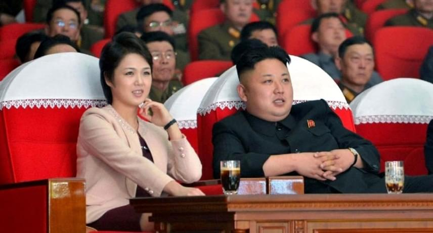 Kivégezték?A szakértő ugyanakkor a sajtó azon vélekedését is megerősítette, hogy akár a házaspár életében bekövetkező konfliktusra is utalhat mindez. A véreskezű vezetővel összeveszni ugyanakkor korántsem tanácsos: három éve unokatestvérét árulásra hivatkozva végeztette ki, volt barátnőjét, az énekesnő Kim Dzsue-t pedig ugyanebben az évben pornográfiával vádolták meg, és a zenekar vezetőjével együtt megölették. Egykor a zenekar tagja volt felesége, Ri Szoldzsu is, akinek komoly szerepet tulajdonítottak az ítéletben.