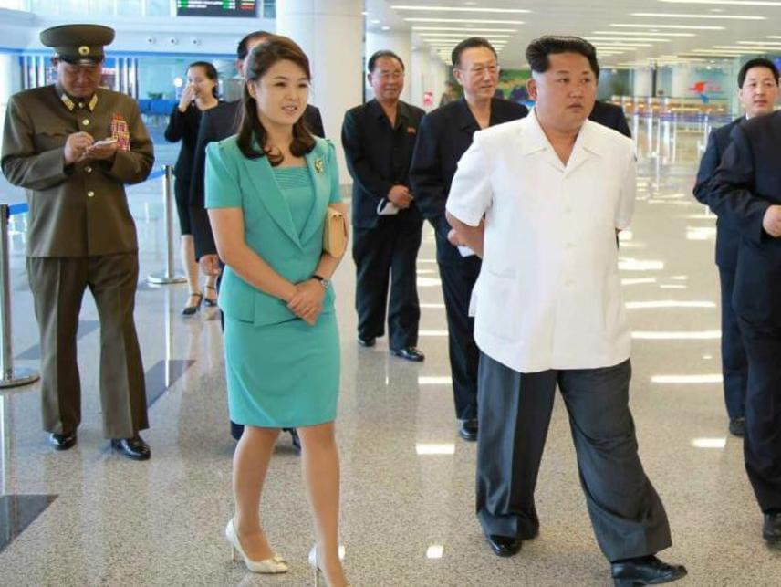 Elrejtették?Az sem teljesen valószínűtlen, hogy a koreai diktátor döntése más okból kifolyólag tudatos. Kim Dzsongun hatalma némiképp meggyengült az utóbbi időben, ezért akár több fenyegetés is érhette az országot, a támadások elkerülése és kivédése érdekében pedig szorosabban őrizhetik családját is. Az észak-koreai minisztériumok egyelőre nem válaszoltak a világszinten felmerült dilemmára. Hogy ez vajon a véletlen műve-e, vagy tudatosan rendezik így a szálakat, akár újabb találgatásokat is megérne.