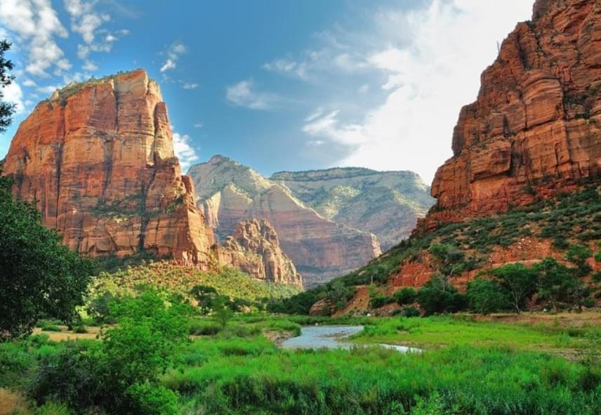 A Zion Canyont a Virgin folyó vájta közel 800 méter mélységűre, az így kialakult völgy pedig egészen 24 kilométeren keresztül kíséri a vízfolyás útját. A kanyon egyes szakaszai máig gyorsan változhatnak a gyors áradások következtében, amikor a csapadéktól hirtelen többszörösére növekszik a vízszint.