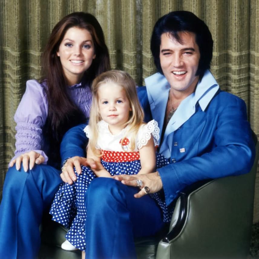 Ez az ikonikus fotó is itt készült Elvisről a kis családja körében. Itt még boldogan bújt össze Priscillával és a kis Lisa Marie-val.