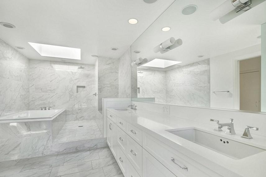 A fürdőszoba teljes egészében márványból készült - ilyen luxus még a királyi palotákban is ritkaságszámba megy.