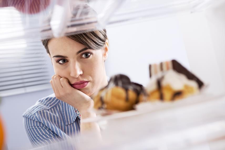 Komoly zavart okozhat az anyagcserédben, ha túl keveset eszel, nem viszel be elég kalóriát a normális működéshez, főleg, ha ez hirtelen, radikális váltás formájában történik. Ilyenkor a szervezet éhező módra vált, minden falatot zsírként igyekszik tartalékolni, és izomzatot ad le a kalóriaigény csökkentése érdekében. Éppen ezért az ilyen fogyókúra hamar lassú zsírleadással, gyengeséggel járó szenvedés lesz.