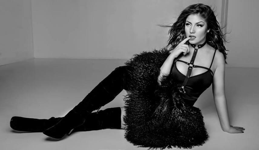 """""""Azta, de szexi dívás"""", lelkendezett egyik rajongója Tolvai Reni új fotója láttán, mi pedig teljes mértékben egyetértünk vele."""
