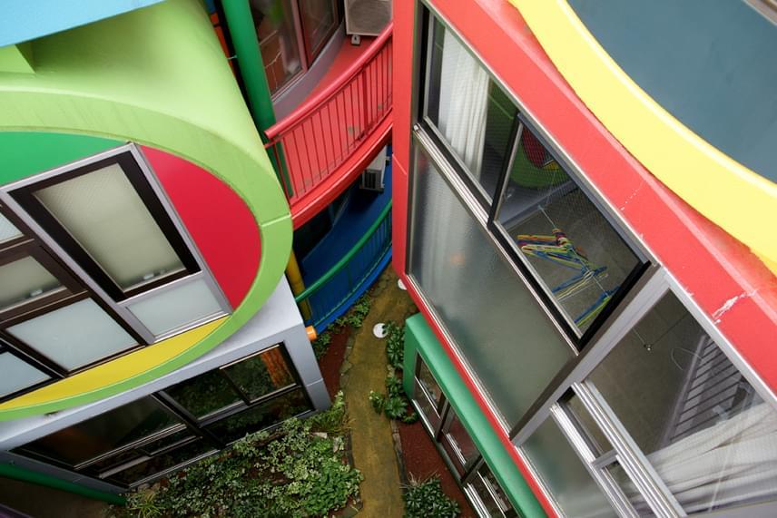 Az épületre kívülről is a színek és formák különféle, változatos kombináció jellemzőek.