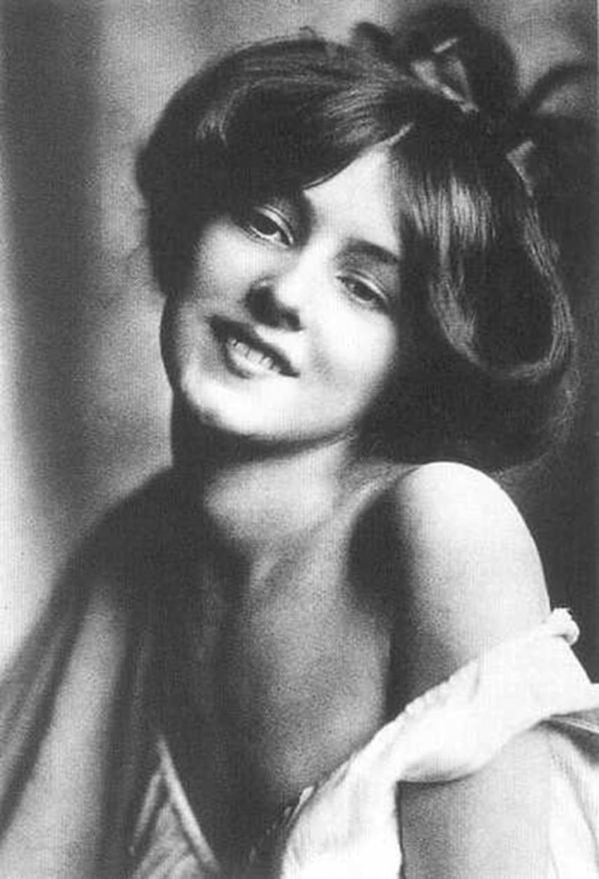 Evelyn Nesbit az 1900-as évek elején a legkedveltebb amerikai sztárok közé tartozott: táncosnőként, színésznőként és pin-up modellként vált ismertté. Alakja és arca feltűnt a magazinok címlapjától kezdve a naptárakig és szuvenírekig, ami annak is köszönhető, hogy a grafikusCharles Dana Gibson által megteremtett ideálnak, a Gibson-lánynak is tökéletesen megfelelt.