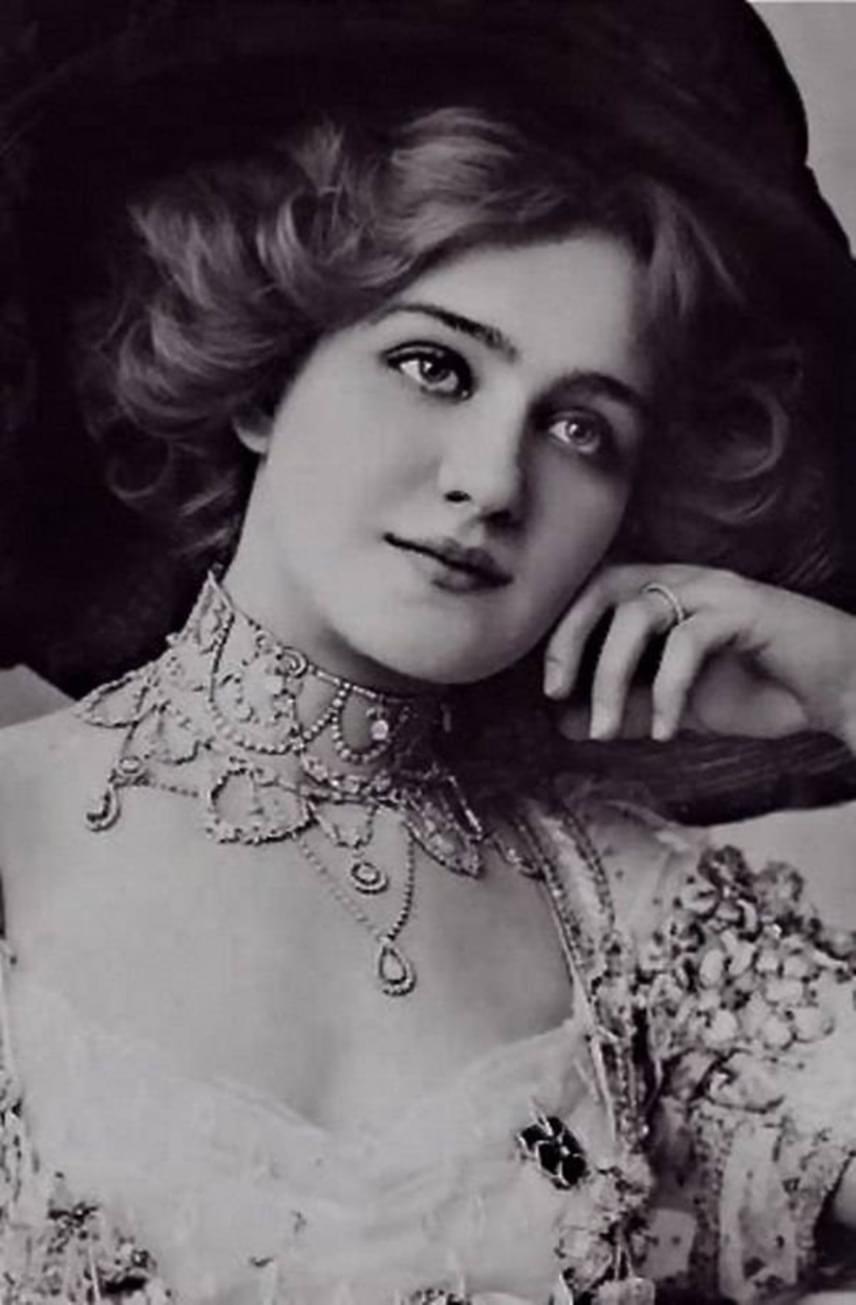 Lily Elsie ugyanebben az évszázadban vált sikeressé az Edward-kori Angliában színésznőként és énekesnőként, miután 1907-ben Lehár Ferenc A víg özvegy című operettjében főszerepet kapott. Szépségének titka hatalmas kék szemeiben, szomorú mosolyában rejlett, melyek igazán líraivá tették megjelenését.