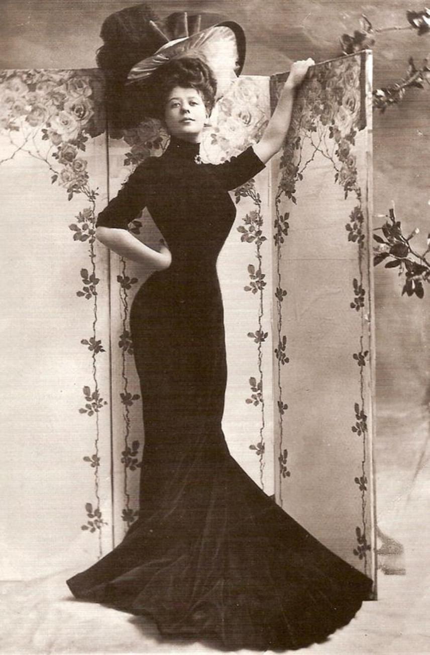 Camille Clifford dán születése ellenére New Yorkban debütált a színpadon, majd Londonba ment. Szépségére hamar felfigyeltek, ugyanis ő is igazi Gibson-lány lett, hajviselete és homokóra alakja valóságos ideállá tette.