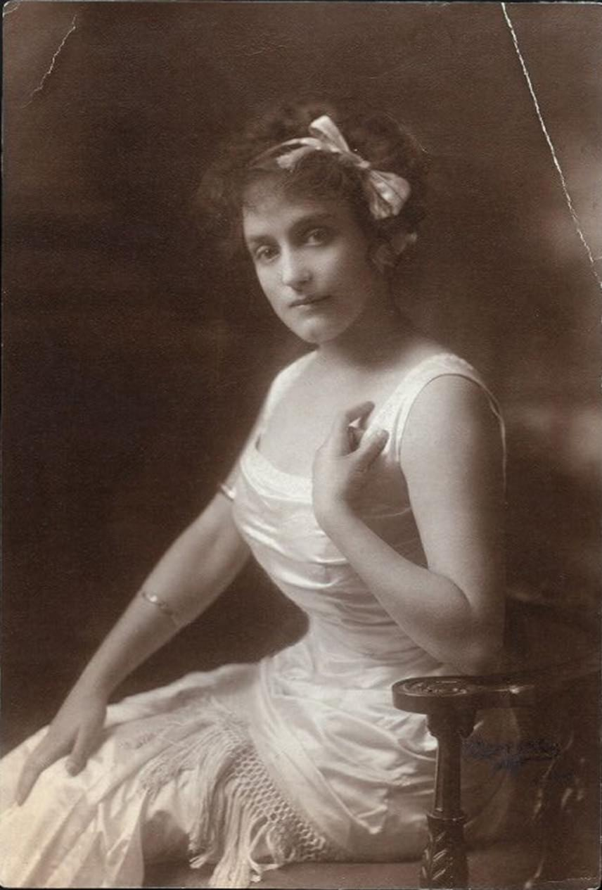 Annette Marie Sarah Kellerman ausztrál úszónő, akinek sokoldalúságáról tanúskodott, hogy a sport mellett filmekben és színpadon játszott, valamint írt is. Híressé tette továbbá a tény, hogy az első nők közé tartozott, akik egyrészes fürdőruhát viseltek, a kényelmes ruhadarab pedig közreműködésével hódította meg a világot.