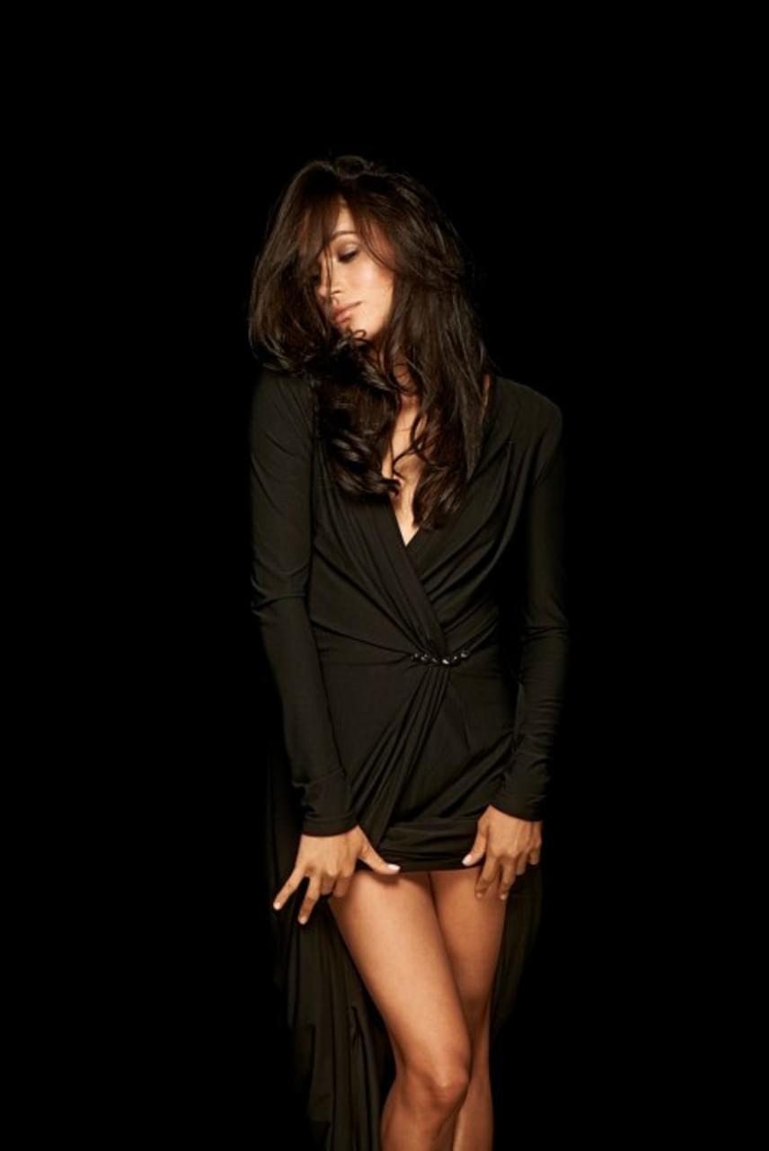 Hosszú combjait a sorozatában is sűrűn megvillantja, ahol karakterét, Rachelt legtöbbször szűk szoknyákban látni.