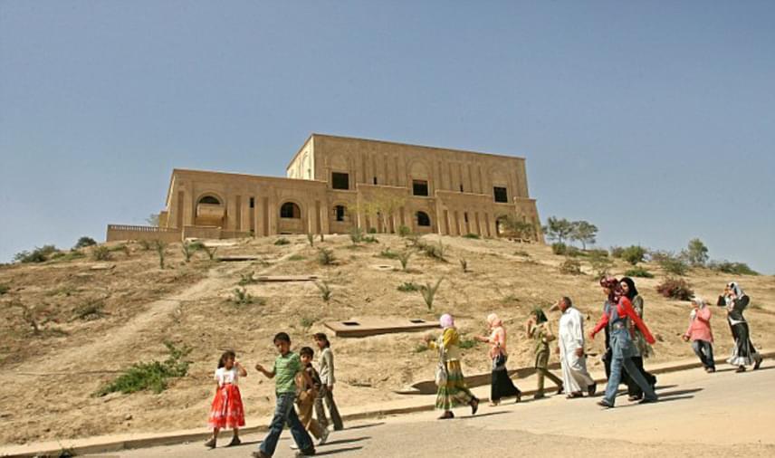 Nem ez azonban az első alkalom, hogy az iraki diktátor egy palotája új funkciót kap. Az al-Ḥilla városában található elnöki palotát 2009-ben például hotellé alakították át, kihasználva az épület igazán előkelő belsőjét.