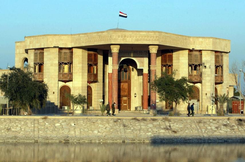 A múzeum helyének Szaddám Huszein dél-iraki palotáját választották, amely a megszállást követően 2008-ig a brit hadsereg fennhatósága alatt állt. Távozásukat követően kezdtek gyűjteni az épület átalakítására. A felújítás azonban nem ment zökkenőmentesen.